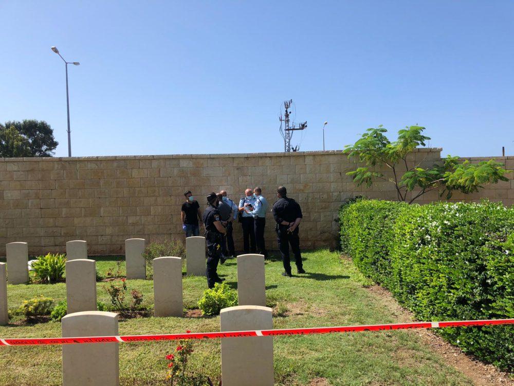 גופת תינוק בבית הקברות (צילום: דוברות המשטרה)