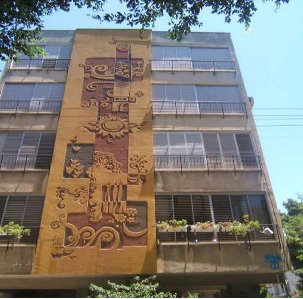 """תבליט הסגרפיטו של דן לבני בבניין בשדרות חן בת""""א"""