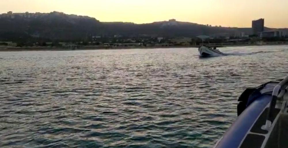 סירת דיג בחוף מוכרז בחיפה (צילום: דוברות המשטרה)