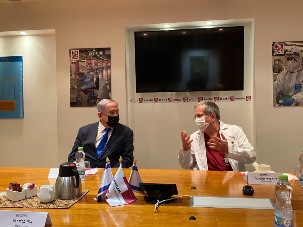 """ראש הממשלה נתניהו עם דר' מיקי הלברטל בביקור נתניהו ברמב""""ם (צילום: דוברות רמב""""ם)"""