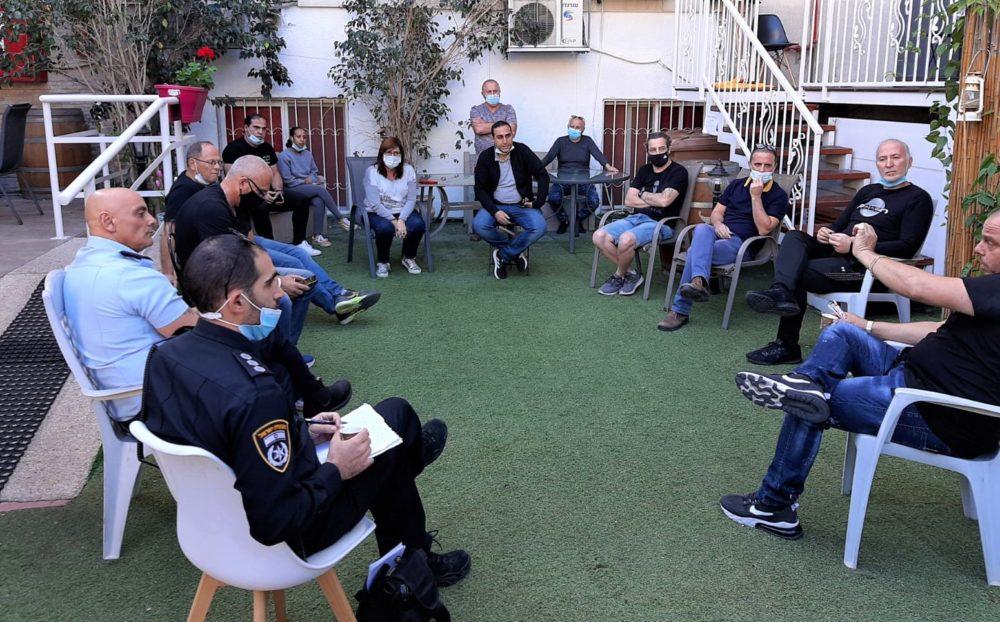 ישיבת עבודה, בעלי העסקים ונציגי המשטרה (צילום: עומר מוזר)
