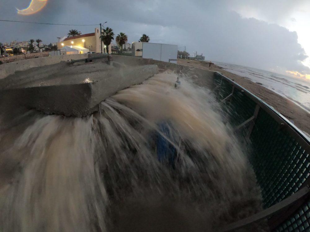 ביוב גולמי זורם לים בטיילת שקמונה בחיפה (צילום: מוטי מנדלסון)