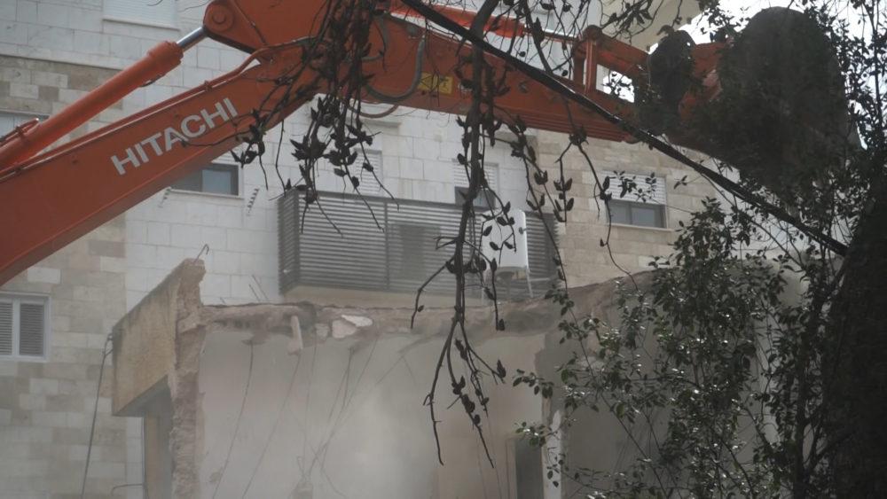 הריסת מבנה ישן • התחדשות עירונית ברחוב רחל 12 בשכונת כרמליה בחיפה (צילום: ירון כרמי)