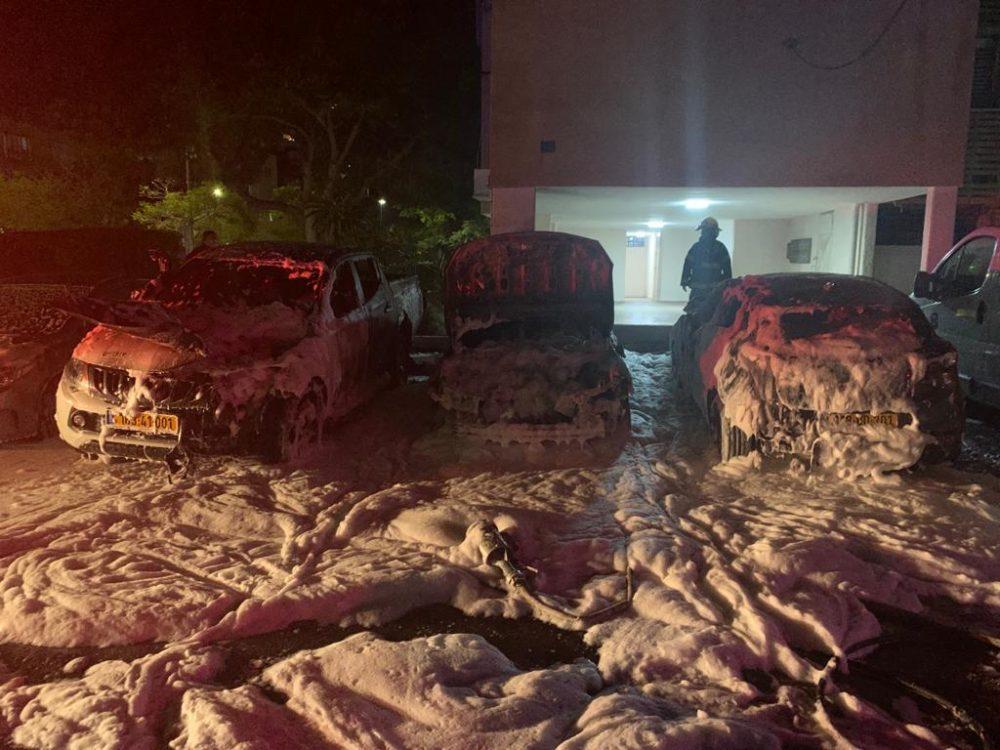שלושה רכבים עלו באש תחת מבנה מגורים בקריית מוצקין (צילום: כבאות והצלה)