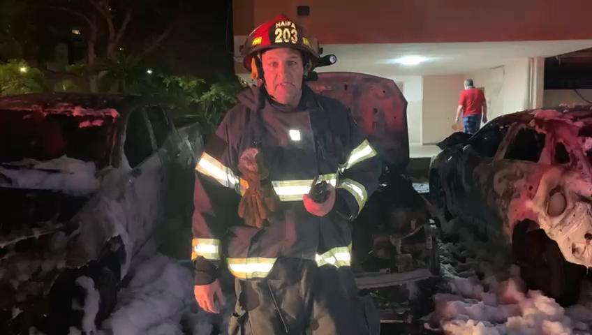 רשף שחר בראונר - שלושה רכבים עלו באש תחת מבנה מגורים בקריית מוצקין (צילום: כבאות והצלה)