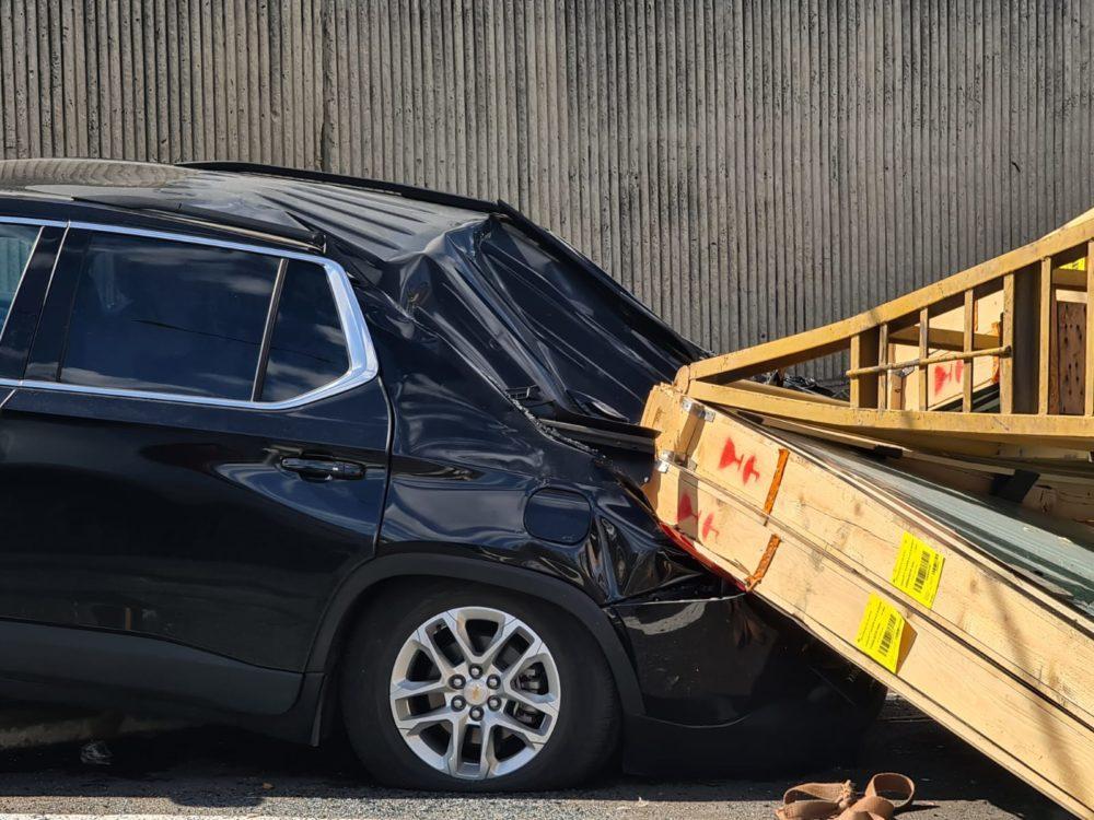 שתי מכוניות נמעכו כאשר מטען זכוכית נפל במפרץ חיפה (צילום: וואיל עווד)