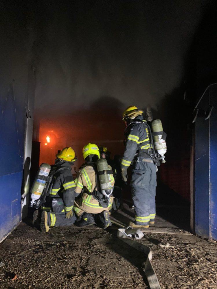 שרפה במפעל שמן - חדר חשמל בוער (צילום: כבאות והצלה)