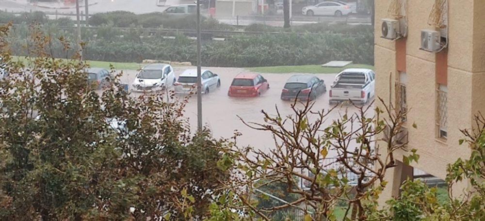 הצפה במגרש חניה ברחוב הרותם בחיפה - נזק למכוניות (צילום: שמעון פיביש)