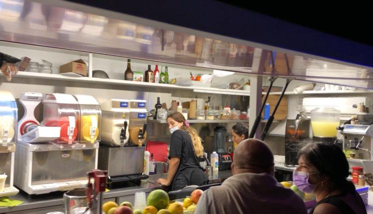 הפוד טראק של יהורם שיטרית – שייקים, פיצות, סנדביצ'ים וגלידה (צילום: ירון כרמי – חי פה)