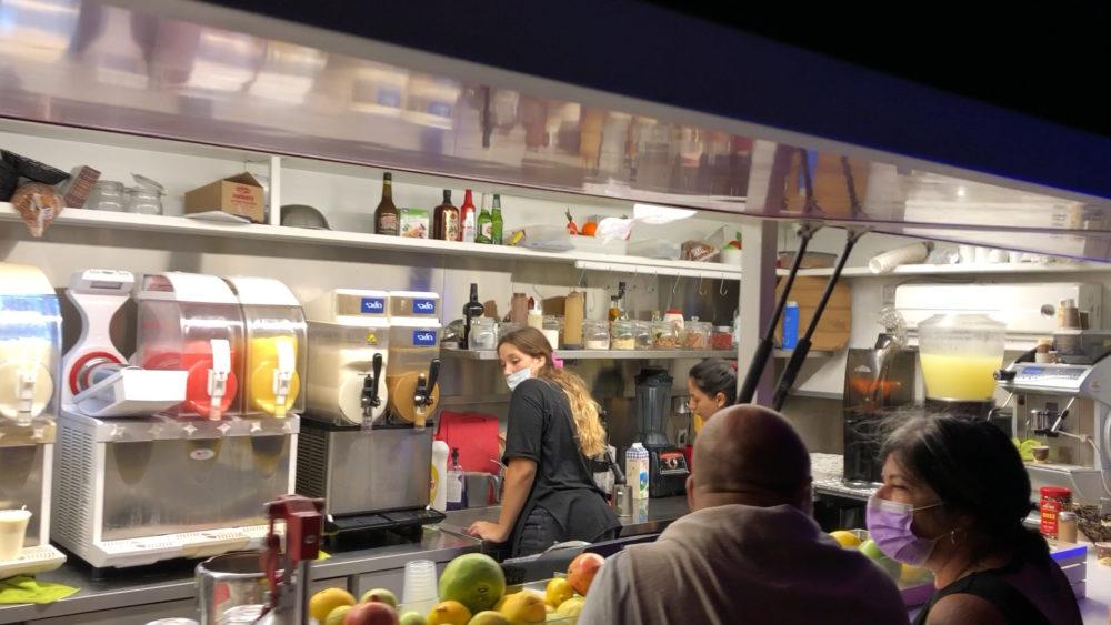 הפוד טראק של יהורם שיטרית - שייקים, פיצות, סנדביצ'ים וגלידה (צילום: ירון כרמי - חי פה)