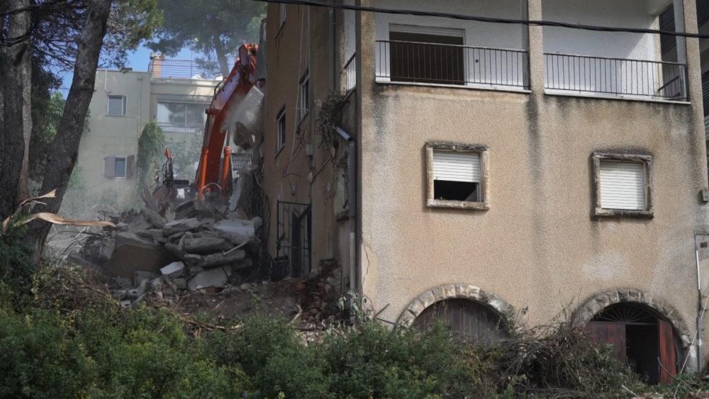 הריסת מבנה • התחדשות עירונית ברחוב רחל 12 בשכונת כרמליה בחיפה (צילום: ירון כרמי)