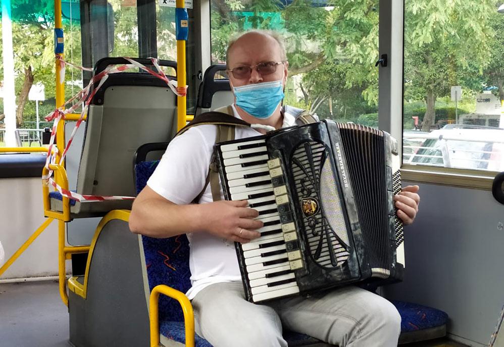 """""""אוטובוס-אקורדיון"""" - מיזם תרבות לאמנים עולים חדשים בחיפה - הרשות לקליטת עלייה בחיפה"""