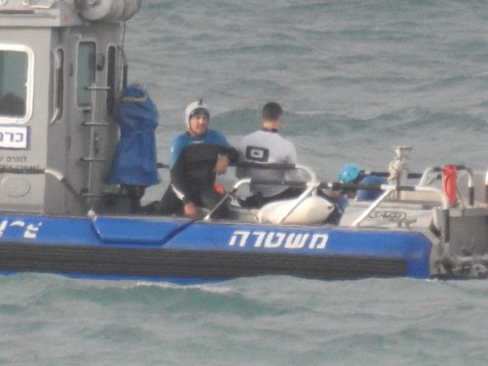 גולשי עפיפון - קייטסרפינג - מחולצים מול חופי בת גלים על ידי השיטור הימי (צילום: שומרי הים - בת גלים)