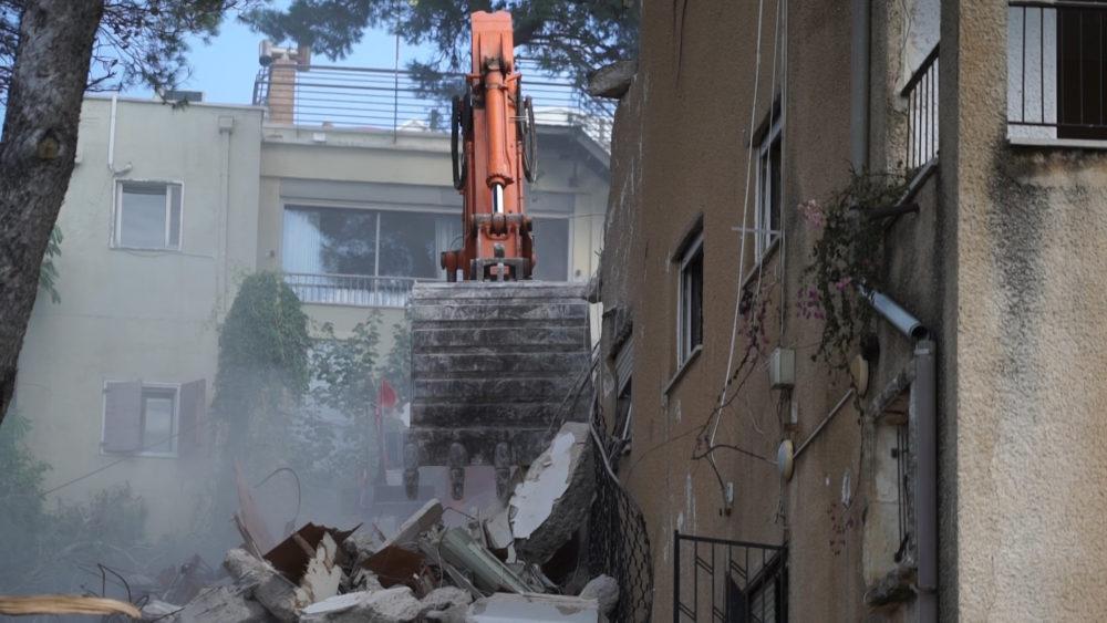 הריסת המבנה • התחדשות עירונית ברחוב רחל 12 בשכונת כרמליה בחיפה (צילום: ירון כרמי)