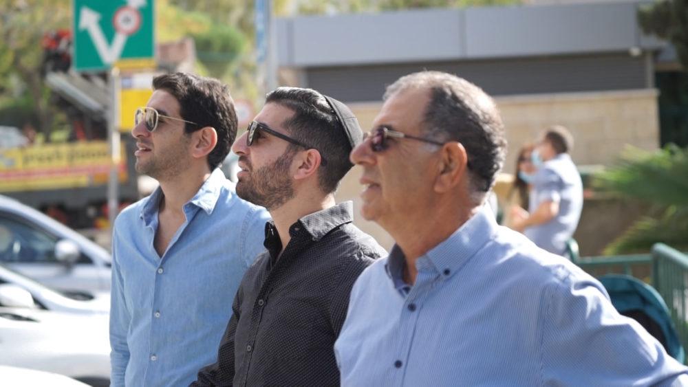 היזמים מתבוננים בהריסת המבנה • התחדשות עירונית ברחוב רחל 12 בשכונת כרמליה בחיפה (צילום: ירון כרמי)