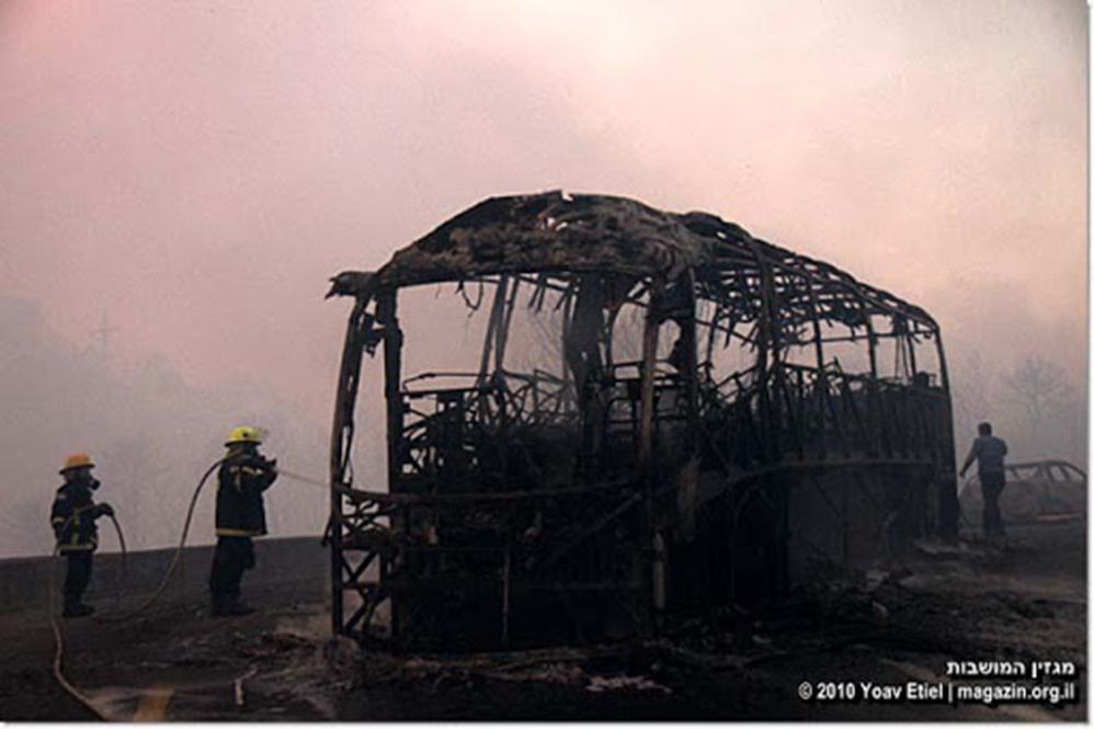 שניות מאסון הכרמל - האוטובוס השרוף בעיקול המוות (צילום: יואב איתיאל)