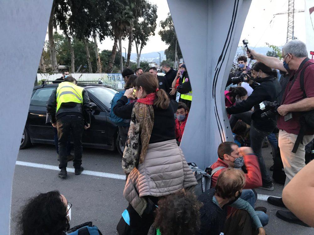 """חסימת שערי בתי הזיקוק: אחד מעובדי בז""""ן ניסה לעבור עם רכבו דרך המפגינים, אך נחסם (צילום: רויטל גולדשמיד)"""