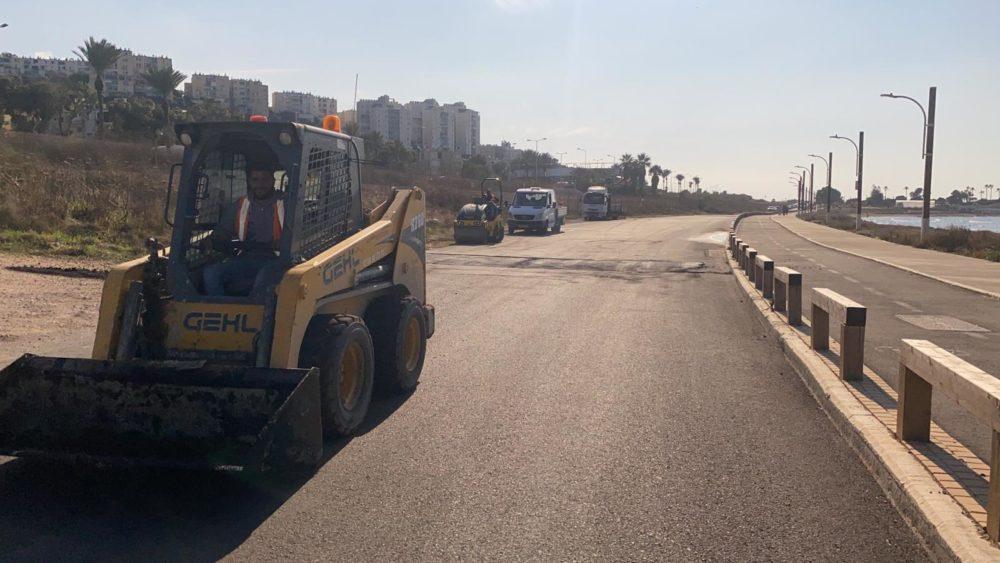 התקנת באמפרים באזור חוף הגולשים בטיילת ראש הכרמל בחיפה - יוברט המפרי - חוף הכנסיה (צילום: חי פה)
