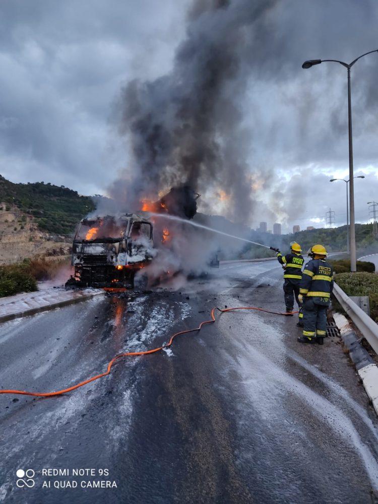 כיבוי משאית מנוף בוערת בנשר (צילום: לוחמי האש)