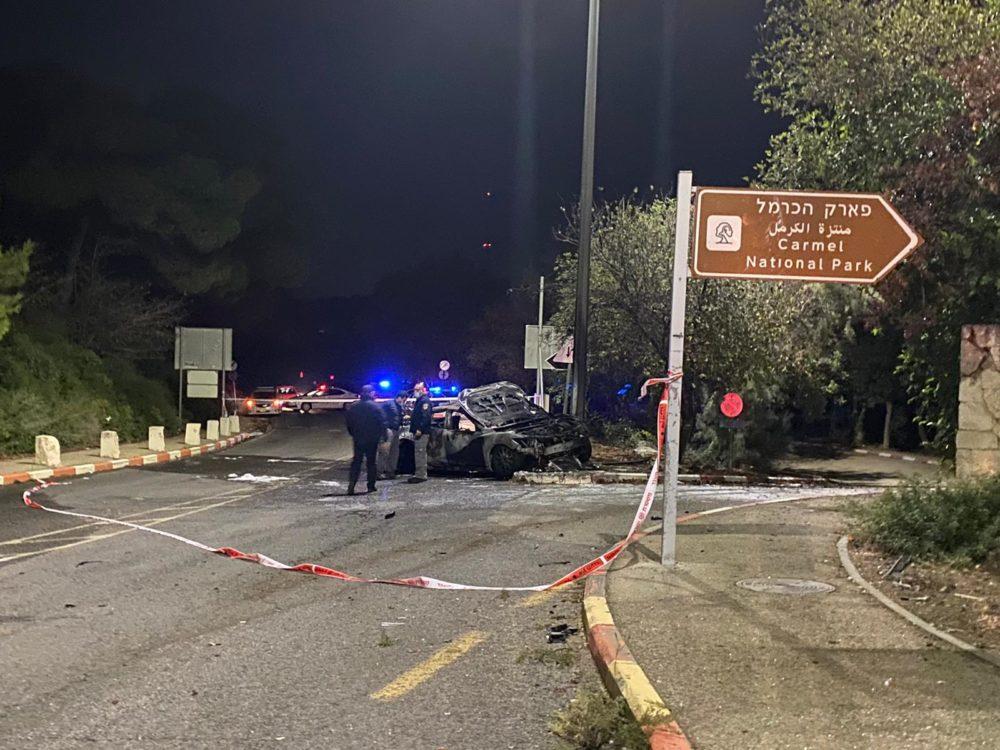 רכב בוער לאחר תאונה קטלנית בחיפה (צילום: משטרת ישראל)