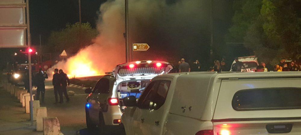 רכב בוער לאחר תאונה קטלנית בחיפה (צילום: כבאות והצלה)