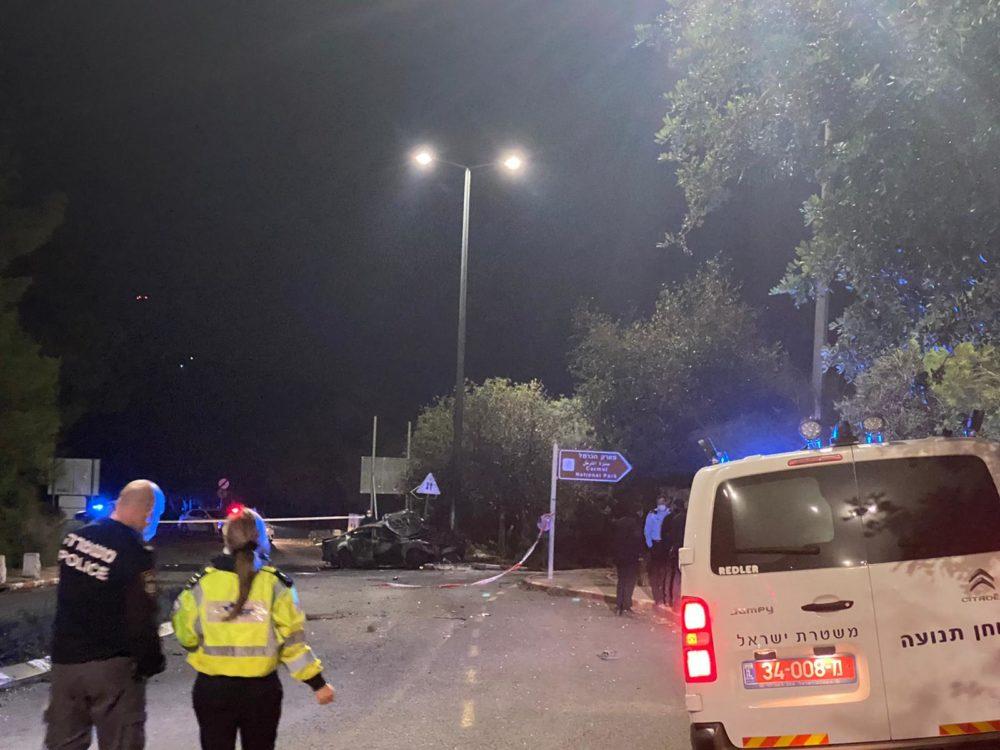 תאונה בחיפה | הרכב פגע בעמוד תאורה (צילום: דוברות המשטרה)