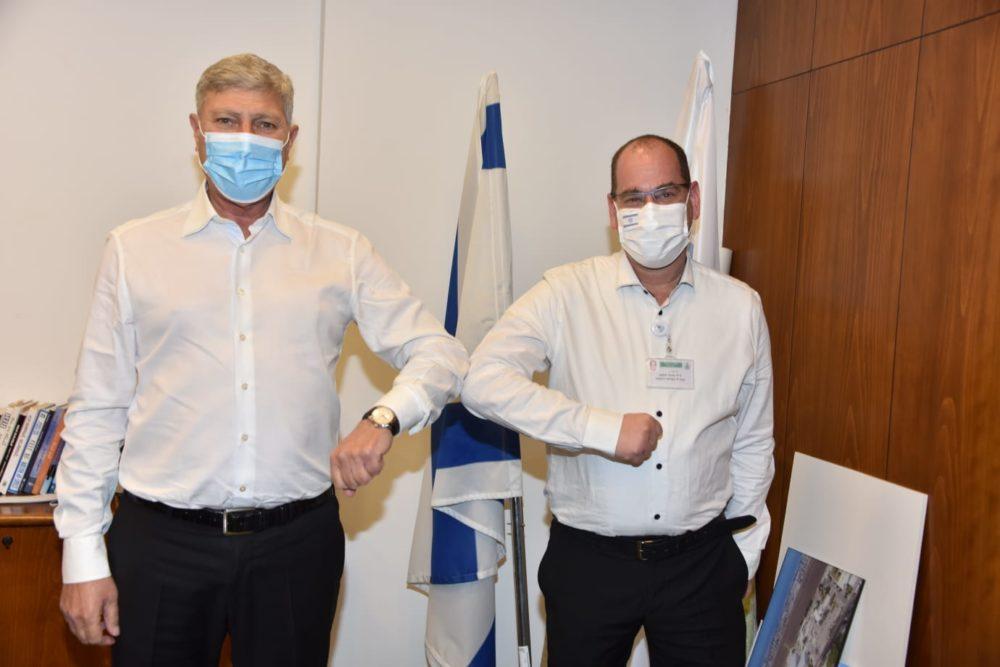 """ד""""ר הוכמן וראש עיריית קריית אתא יעקב פרץ (צילום:  דוברות עיריית קרית אתא)"""