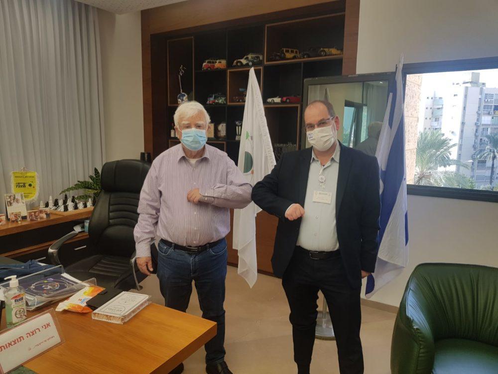 """ד""""ר אוהד הוכמן (מימין) עם ראש עיריית קרית מוצקין חיים צורי (צילום: גדי נס)"""