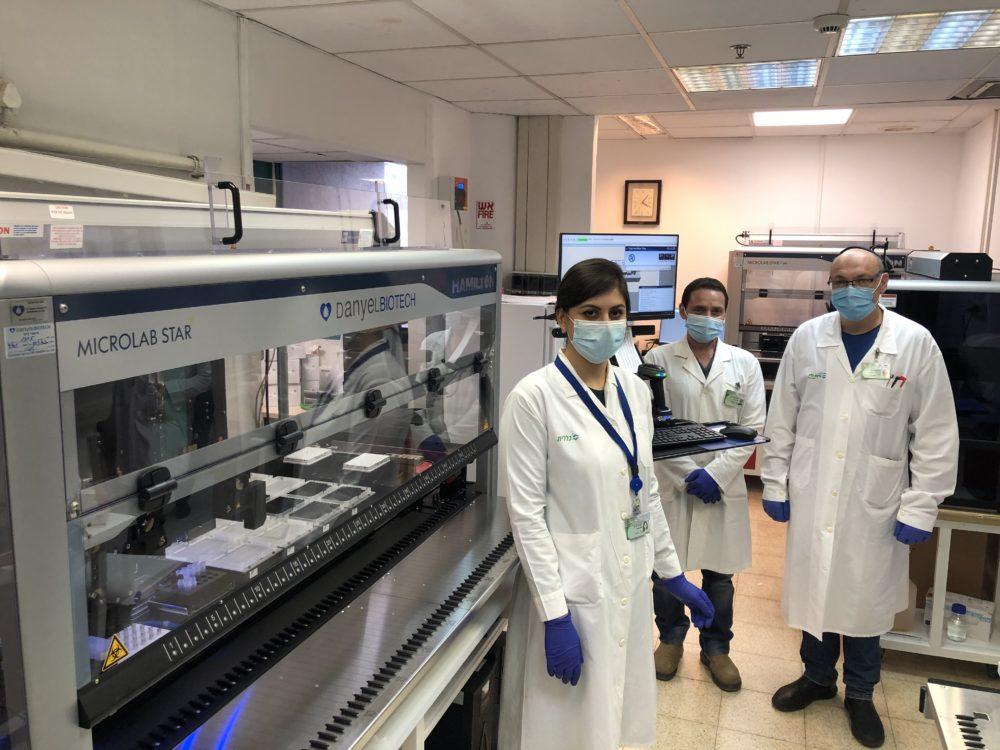 צוות המעבדה עם המיכשור החדש (צילום: דוברות כללית)