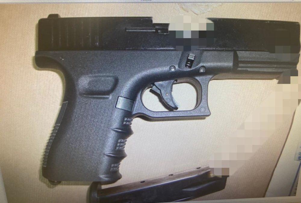 הנשק שנמצא בבית האישה (צילום: דוברות המשטרה)
