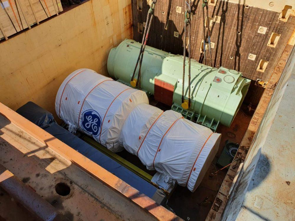 פריקת הטורבינה והגנראטור (צילום: יוסי וייס, חברת החשמל)