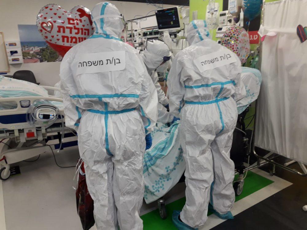 """יומולדת במחלקת קורונה (צילום: דוברות רמב""""ם)"""