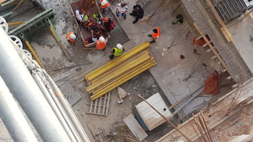 חילוץ פועל הבניין (צילום: כבאות והצלה)