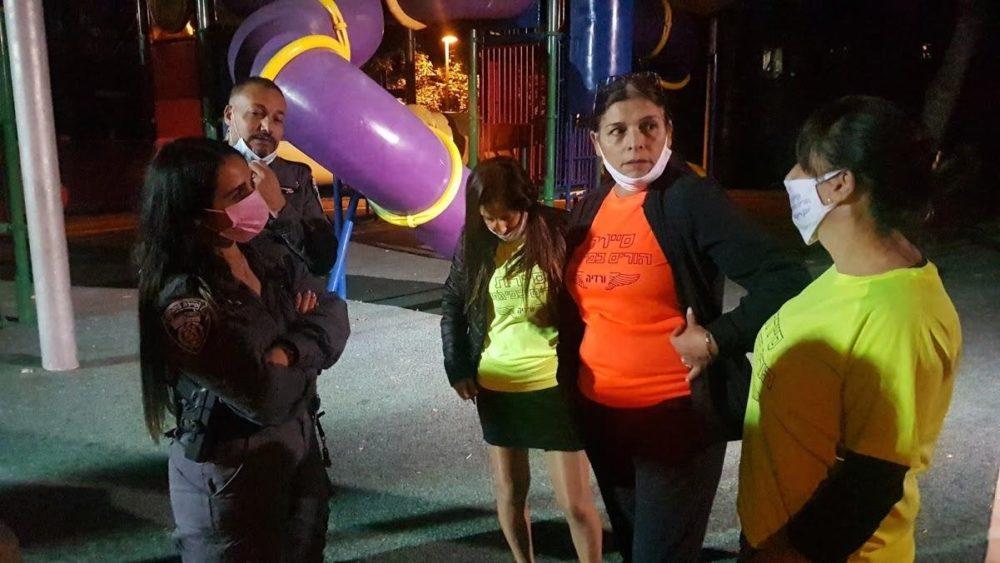 סיירת הורים בפיג'מה שכונת ורדיה בליווי סיירי מחלקת הבטחון של עיריית חיפה (צילום: מאיה שפירר אבני)
