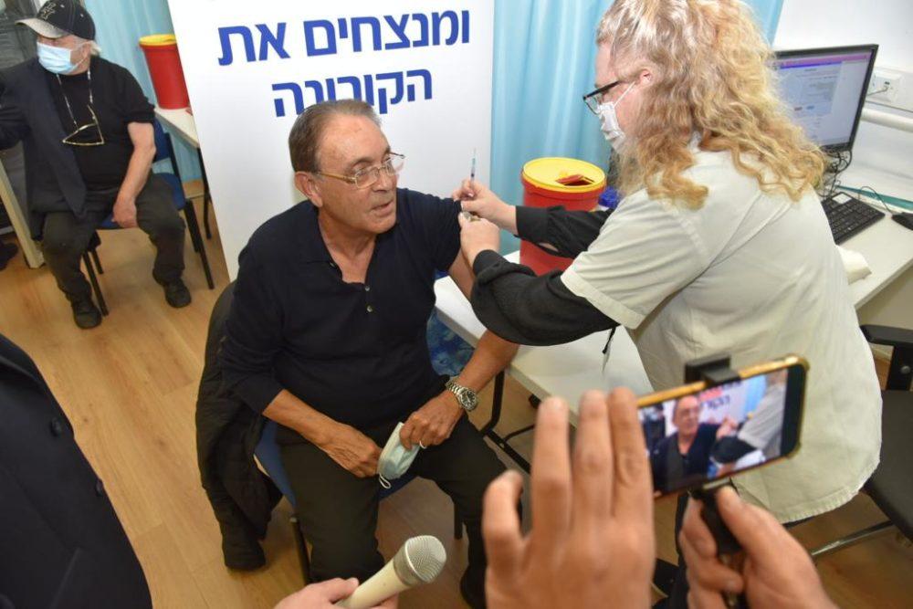 ראש עיריית טירת כרמל אריה טל מתחסן נגד הקורונה במרכז רפואי לין. דוד חורש