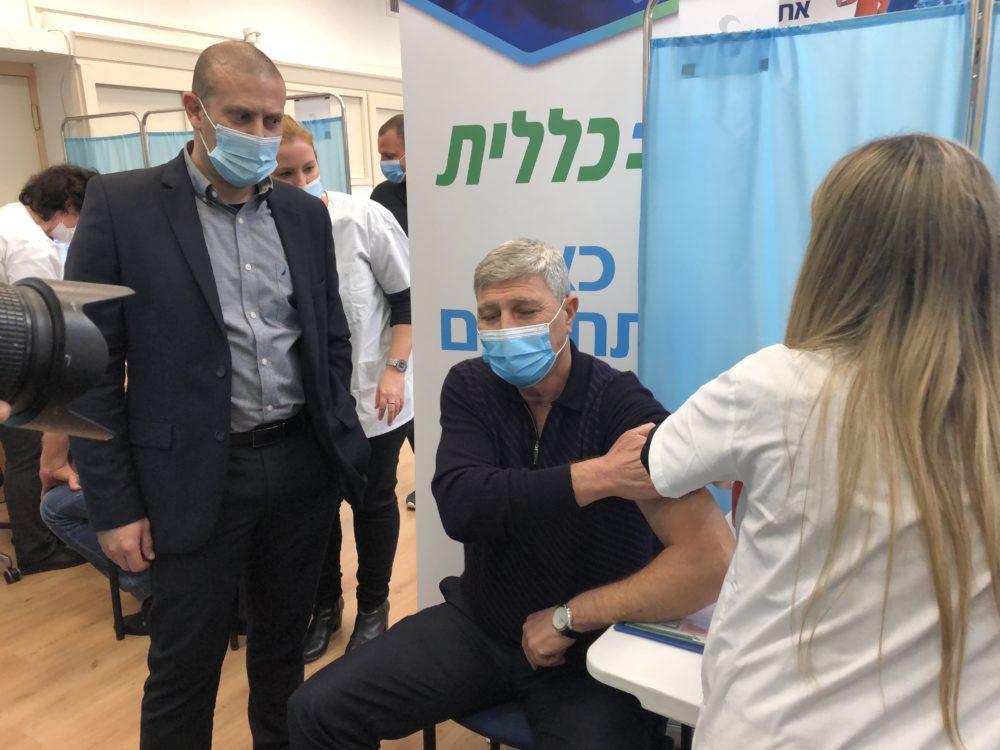 ראש עירית קרית אתא יעקב פרץ מתחסן נגד הקורונה במרכז רפואי לין