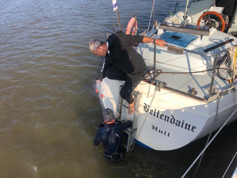 אמיר אפלר על הספינה בלנדיין בניסיונות היחלצות מהרשת (צילום: קהילת שייטי כרמל)