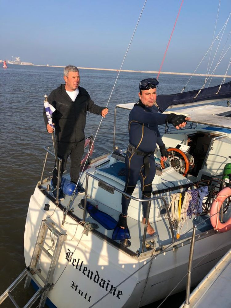 אמיר אפלר (משמאל) על הספינה בלנדיין בניסיונות היחלצות מהרשת (צילום: קהילת שייטי כרמל)