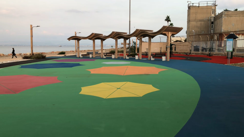 משטח מרופד למשחקים - טיילת חולדה בחיפה (צילום: ירון כרמי)