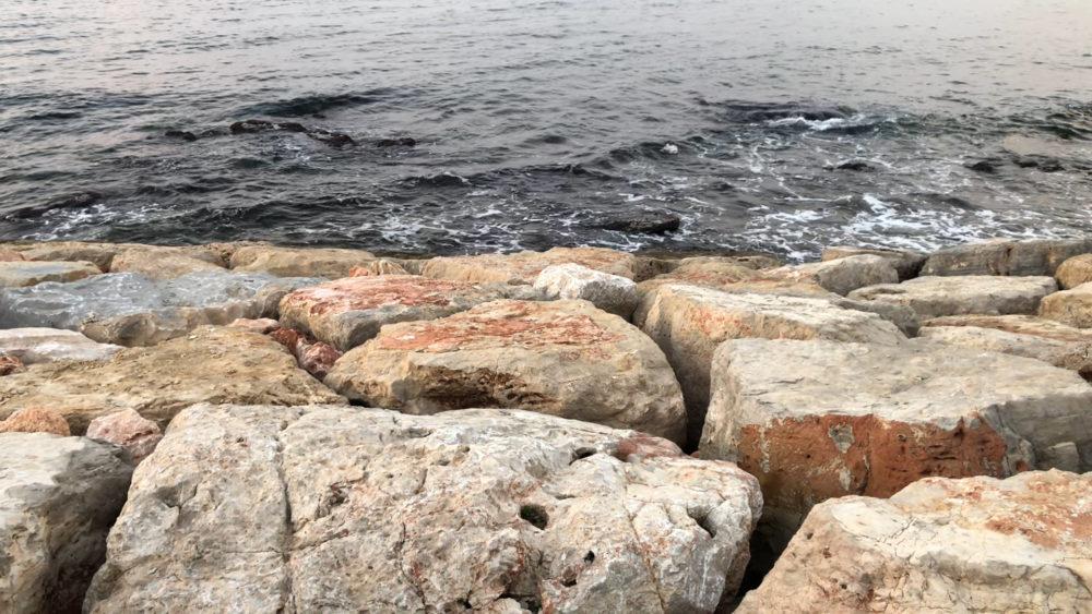 גישה למים - לא נגישה לגולשים - טיילת חולדה בחיפה (צילום: ירון כרמי)