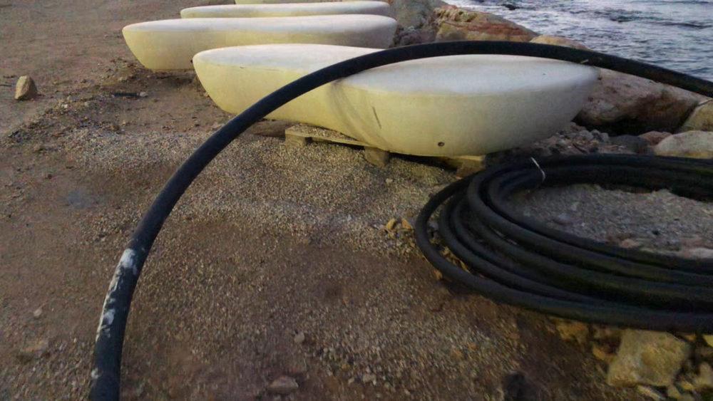 חומרי בניה וספסלי בטון - טיילת חולדה בחיפה (צילום: ירון כרמי)