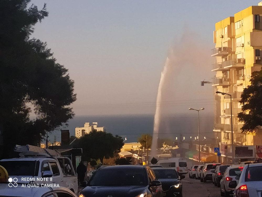פיצוץ בצינור מים בדרך צרפת (צילום: חי פה בשטח)
