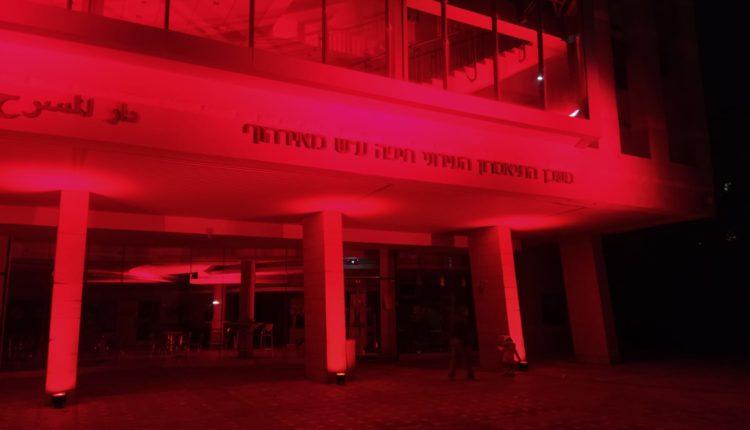 תאטרון חיפה מואר באדום – מחאת עובדי הבמה בתיאטראות והמוזיאונים בחיפה – מחאה אדומה