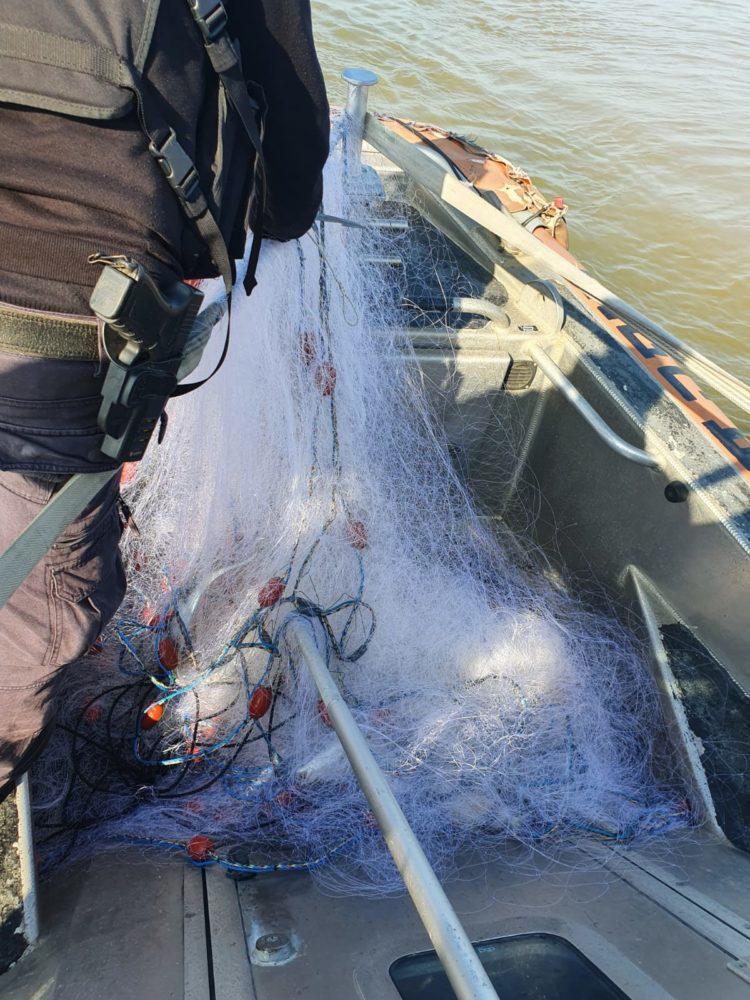 רשת דייג שנאספה על ידי צוות החילוץ בנמל חיפה (צילום: קהילת שייטי הכרמל)