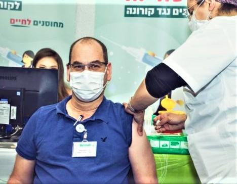 """ד""""ר אוהד הוכמן מתחסן נגד קורונה (צילום: מיכה בריקמן)"""