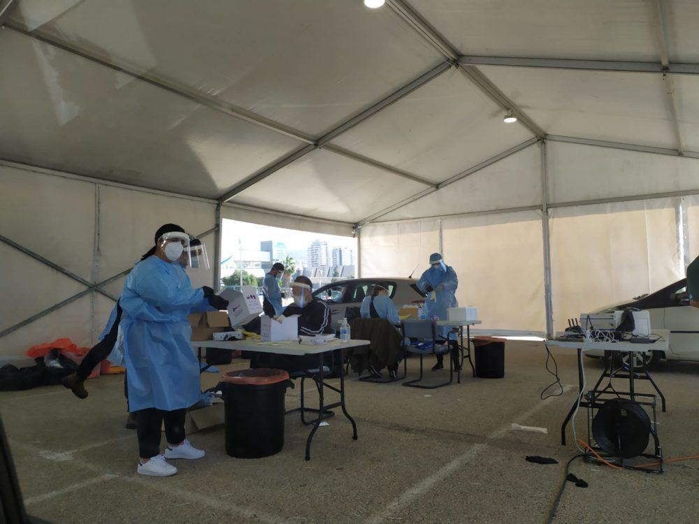 מתחם בדיקות קורונה במרכז הקונגרסים (צילום: חגית אברהם)
