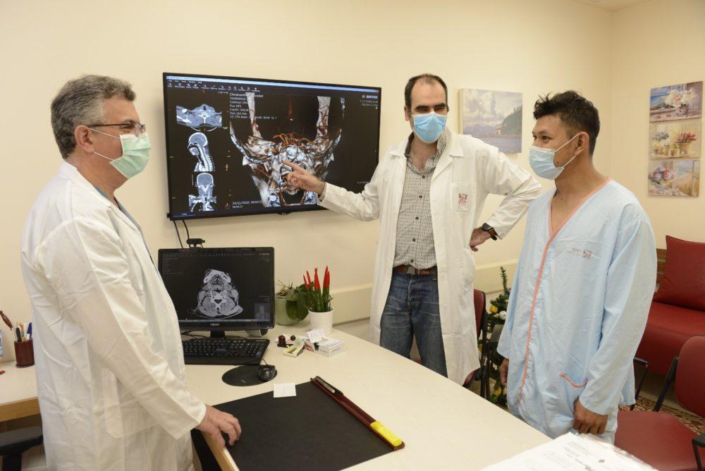 """דר' טוני כראם, דר' איתן אברג'ל וסוראצ'ט פינטונג. (צילום: הקריה הרפואית רמב""""ם)"""