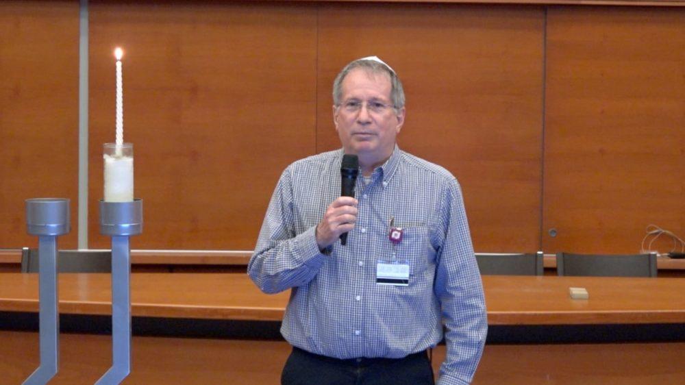 """דר' מיקי הלברטל, מנהל רמב""""ם, מדליק נר ראשון של חנוכה (צילום: הקריה הרפואית רמב""""ם; חב""""ד לב רמב""""ם)"""