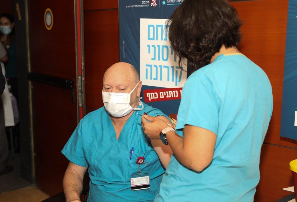 """ד""""ר אבי וייסמן, סגן מנהל רמב""""ם מתחסן לקורונה (צילום: הקריה הרפואית רמב""""ם)"""