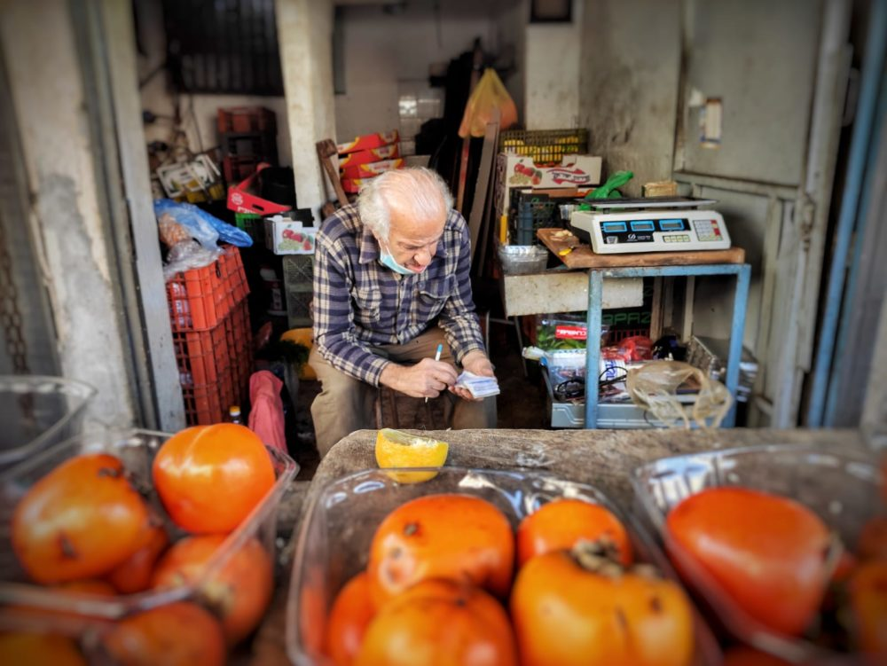 אפרסמון • שוק תלפיות בחיפה (צילום: גלעד שטיין)